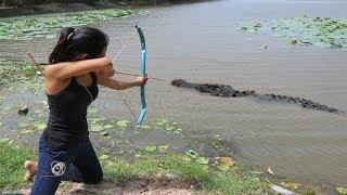 فتاة مذهلة تصطاد || تمساح || بالقوس - كيفية صيد التمساح في البرية #جديد 2017