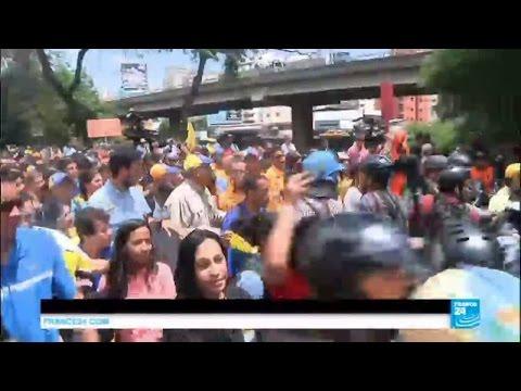 Venezuela crisis: police blocks anti-government protest march