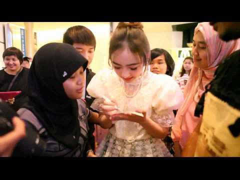 [1/5] Jannina W. with Indonesian fanclub @ Siam Paragon, Songkran Festival