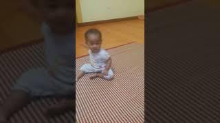 Đi học về bé múa hát
