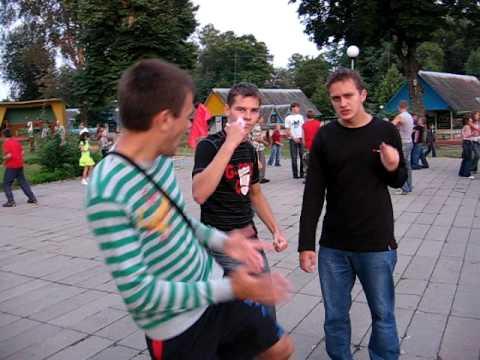 Парни танцуют на дискотеке в лагере под Руки вверх.