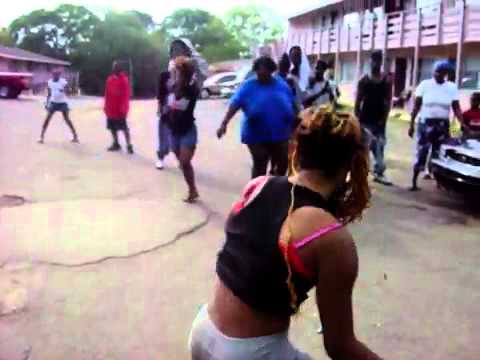 A Ghetto Fight In The Hood!!!!!!! video