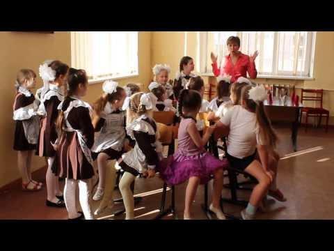 """2 """"А"""" класс. Праздник для мам. Танец со стульями 1."""