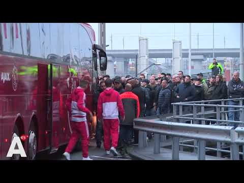Spelersbus tegengehouden door woedende fans