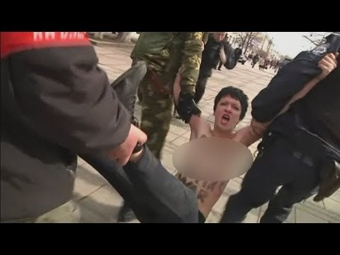 Topless Femen anti-Putin protesters arrested in Crimea, Ukraine klip izle