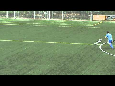 Entrenamientos de tiro a puerta en el campo de fútbol de Alalpardo, Madrid.