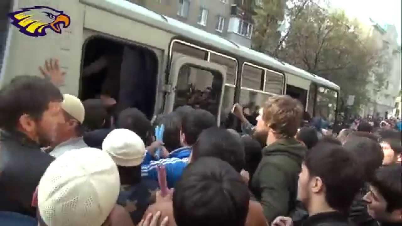 Толпа мусульман в центре Москвы взяла штурмом автобус ОМОН