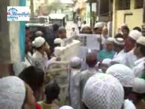 Muslims burn dummy copies of Urdu Daily Newspaper Rashtriya Sahara