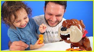 Çok Eğlenceli Kızgın Köpek Oyuncağı ile Oynadık, Köpek Uyanmadan Kemikleri Aldık! Çocuk Oyunları