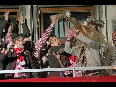 Bierdusche für Matthias Sammer @ FCB Meisterfeier 11.05.2013