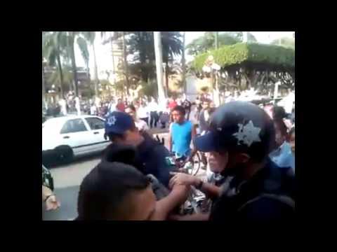 Policia de Orizaba golpea a niño por vender dulces