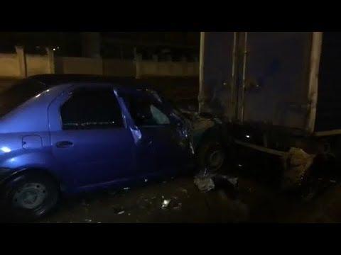 З місця події: у Києві автомобіль таксі врізався у вантажівку, водій втік