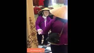 Cụ bà Nghệ An 103 tuổi nhìn vào gương nói chuyện với chính mình nhưng không biết yêu bà quá