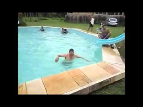 Неудачная попытка съехать с горки с бассейн