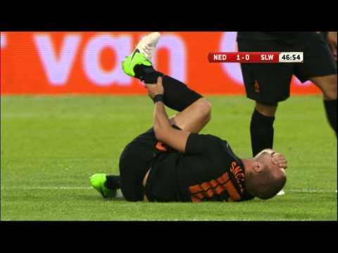 Wesley Sneijder raakt na 46 minuten geblesseerd tijdens het oefenduel Nederland - Slowakije op 30 mei 2012 in De Kuip in Rotterdam. Rafael van der Vaart verv...