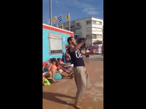 في شواطئ فرنسا شاب جزائري يطرد معلمة الرقص ويعلم الأطفال الرقص الجزاءري thumbnail
