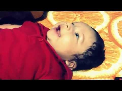 Niño de 2 meses canta con su papa