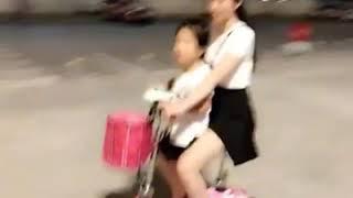 Mẹ chở con bằng Xe điện mini e-scooter mua ở ZAVAMART.Com