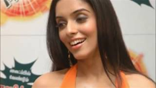 Asin hot cleavage focused