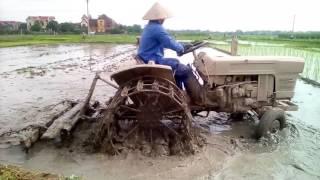 Hai máy cày cùng cày một ruộng