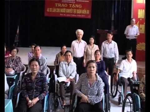 Hội bảo trợ người tàn tật và trẻ mồ côi quận trao 40 xe lăn cho người khuyết tật