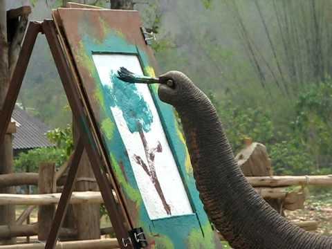 Слон художник.
