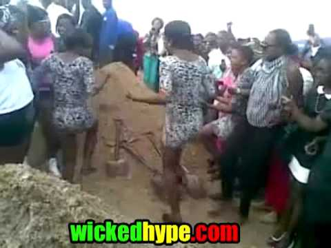 Women Starts Shaking They Booty At Prostitute Funeral In video
