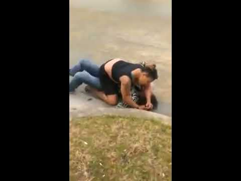 TWO BLACK GIRL FIGHT IN THE MIDDLE OF THE STREET - IN TEXAS