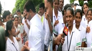 Nursing Students Meet YS Jagan - YS Jagan Padayatra in Visakhapatnam District - netivaarthalu.com