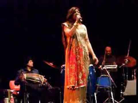 Alka Yagnik - Ladki Badi Anjani Hai - Live  Ottawa, November 2008 video