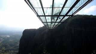 Cina, passeggiata da brividi sul ponte di vetro sospeso nel vuoto