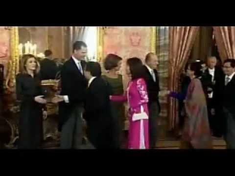 Letizia provoca al Embajador del Congo en un besamanos quien no la saluda - 24/01/2012