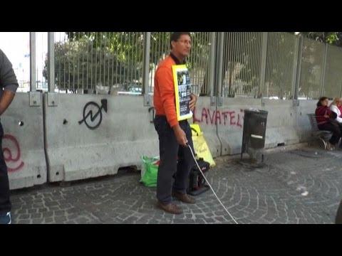 Nude News - A Napoli la protesta delle mutande