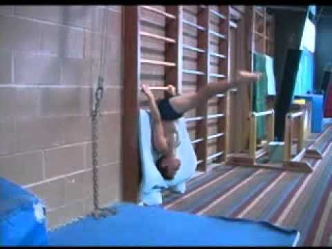Упражнения на пресс, так тренируются юные гимнасты.flv
