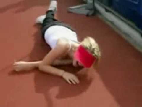 Atletismo - Una rubia intentando saltar la barra