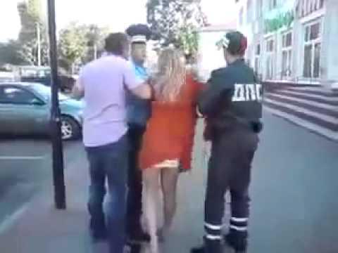 Общение с инспектором ДПС ДПСники волокут пьяную блондинку