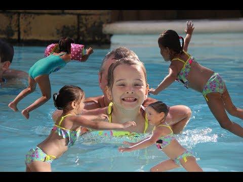 Видео для детей Kids Swim In The Swimming Pool Плещемся в бассейне