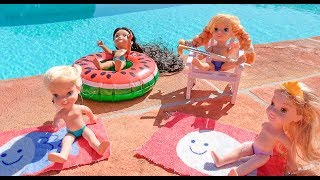 Elsa and Anna toddlers paint chairs by the pool with Rapunzel & Jasmine & play with the ponies