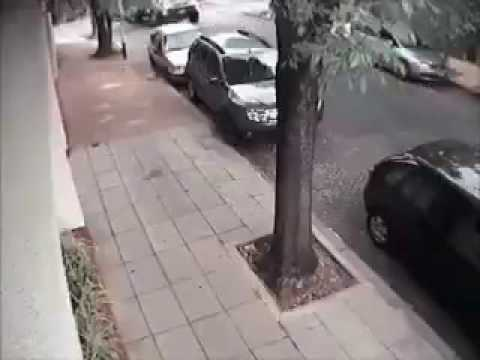 Video: Un camión recolector de residuos destrozó autos estacionados