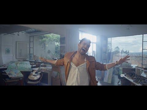 """Videoclip oficial de """"Como Le Hago"""" - Ezio Oliva Suscríbete aquí: http://bit.ly/EzioOliva-YouTube Producción & composición: Renzo Bravo (BRAVVO), Wise """"The Gold Pen"""", Benny Benni, Kevin..."""