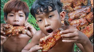 Primitive Technology - Yummy cooking pork belly on a rock - eating delicious