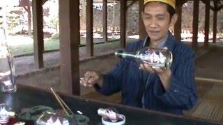 Membuat kapal pinisi di dalam botol di kompleks sulawesi tenggara di Taman Nusa Bali