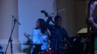 download lagu Isyana Sarasvati Duet Main Drum Live At Supermall Karawaci gratis