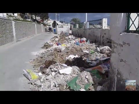 غياب حاويات تجميع ركام البناء والنفايات يؤدي لرمي المخلفات علي الطريق العام وعرقلة السير