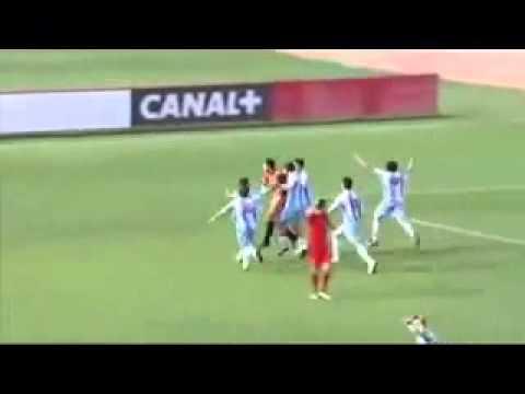 Вратарь сам забил себе гол в прыжке через себя