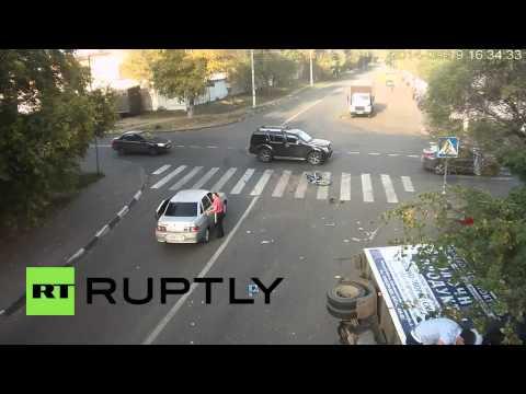 Impresionante accidente entre un ciclista, un camión y un auto