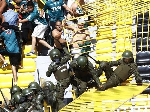 Hooligans:Santiago Wanderers fans fight with police 09.02.2014