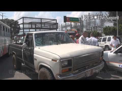 Choque entre taxi y camioneta en la colonia Lomas de la Cruz de Tepic