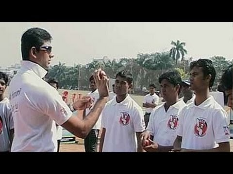 Venkatesh Prasad gives tips to Team Rewa and Jaunpur