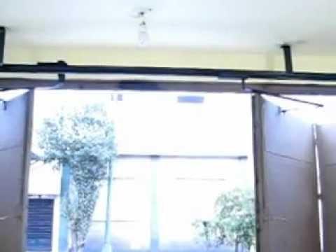 Puerta automatica plegadiza youtube for Motor puerta automatica